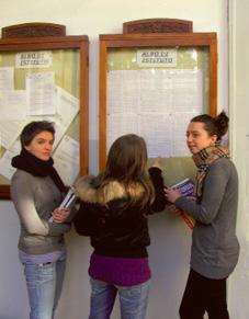 Studenti davanti al tabellone voti