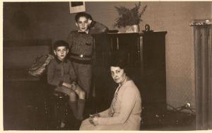 Paolo, Alberto e Emma nell'appartamento di piazza Vittoria (grattacielo)